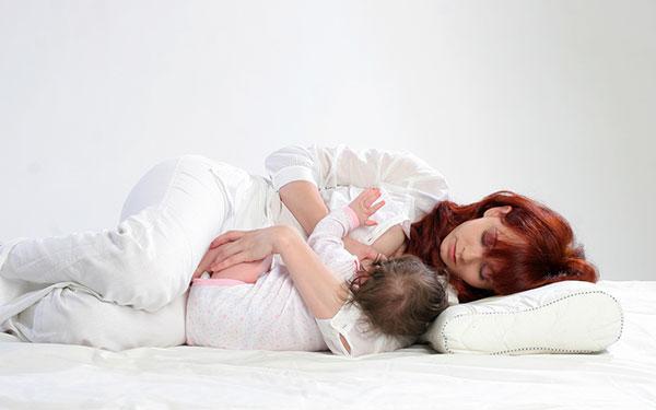 ท่าให้นมลูกแบบนอนตะแคงข้าง(The Side-lying hold)