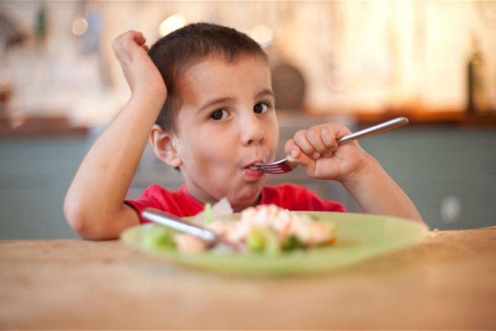 ให้ลูกนั่งกินข้าวที่โต๊ะอาหาร
