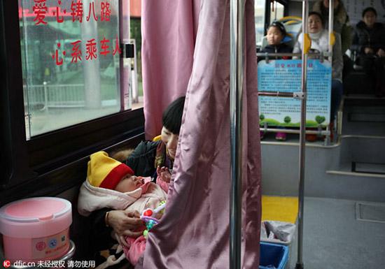 ที่นั่งให้นมลูกบนรถเมล์ 04