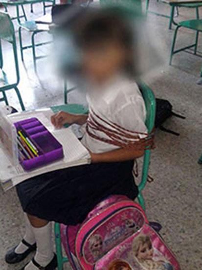 เด็กนักเรียนถูกมัดติดเก้าอี้